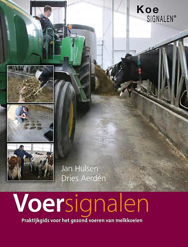 We zien de cover van het boek Voersignalen uitgebracht door Liba en Vetvice, waarop een foto staat van een tractor in een koeienstal die bezig is met het voeren van de koeien. Onderaan zien we de titel van het boek 'Voersignalen' in een bordeaux rode balk staan, met eronder de slogan 'Praktijkgids voor het gezond voeren van melkkoeien'. Boven de titel van het boek zien we de namen van de auteurs Jan Hulsen van Vetvice en Dries Aerden van Liba